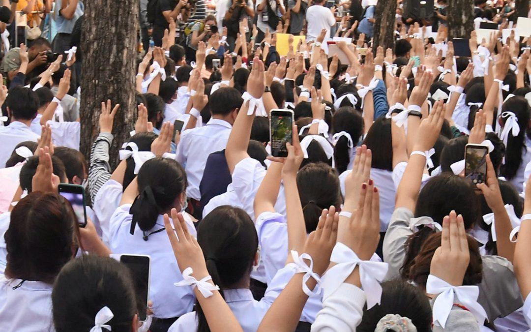 ชูสามนิ้วไม่ผิดกฎหมาย แต่ครูทำร้ายนักเรียนมีความชอบธรรม: โรงเรียนไทยกับความผิดที่อยู่เหนือกฎเกณฑ์